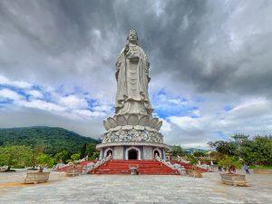Phật đài quan âm đặt trước chùa